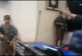 BORBA ZA BOLJU OPREMU Naoružani vojnici ušli u parlament i tražili NOVAC (VIDEO)