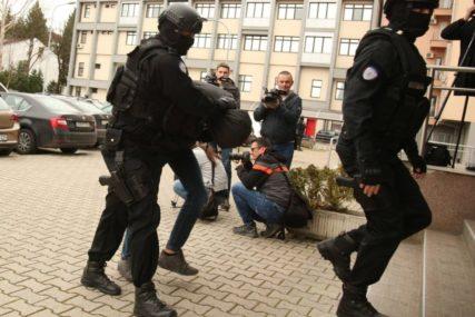 """OD AVGUSTA PRODAVALI DROGU Dileri uhapšeni u akciji """"Kavez"""" predati tužilaštvu (FOTO)"""