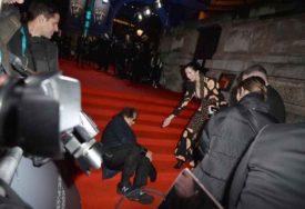PEH NA CRVENOM TEPIHU Glumac Al Paćino pao dok su SIJEVALI BLICEVI, djevojka mu pomogla da ustane