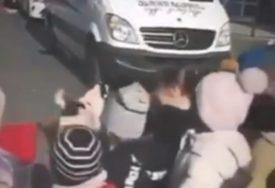 ČUVAR MALIŠANA Pas lutalica pomaže djeci da pređu ulicu (VIDEO, FOTO)
