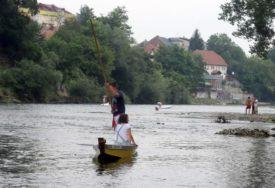 EKOLOŠKA AKCIJA Članovi Dajak kluba iz Vrbasa izvadili 15 betonskih kanti za smeće (FOTO)