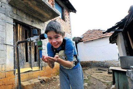 ALEKSANDAR SE KUPA U ZARĐALOM LONCU Dječak (10) živi u 35 kvadrata RUŠEVNE KUĆE (FOTO)