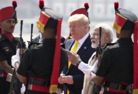 UČENICI VIČU VOLIMO TRAMPA Lider Amerike stigao u Indiju, pao ZAGRLJAJ sa premijerom (FOTO)