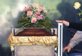 """Muljali sa pogrebnom opremom, pa OJADILI FIRMU: Iznosili sanduke iz """"vječnog konačišta"""""""