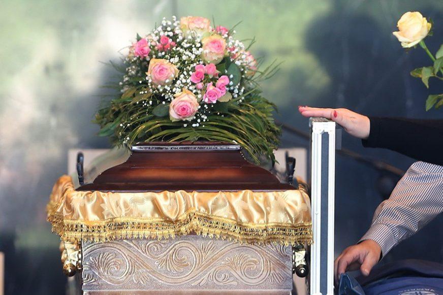 NESVAKIDAŠNI SLUČAJ ZAPREPASTIO SVE Tokom sahrane EKSPLODIRAO sanduk, povrijeđena žena