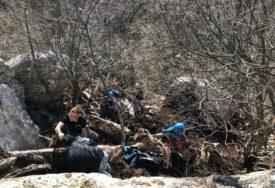 VOLONTERI SE PRIKLJUČILI EKO IZAZOVU Prirodna atrakcija oslobođena smeća, očišćen Kameni most