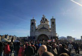 """""""DA POBIJEDI BRATSKA LJUBAV"""" Kijevski mitropolit predvodio dugu litiju ulicama Podgorice"""