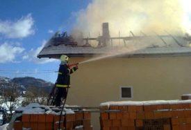VJETAR RASPLAMSAVAO VATRU Vatrogasci u borbi s BUKTINJOM na kući sedmoročlane porodice (FOTO)