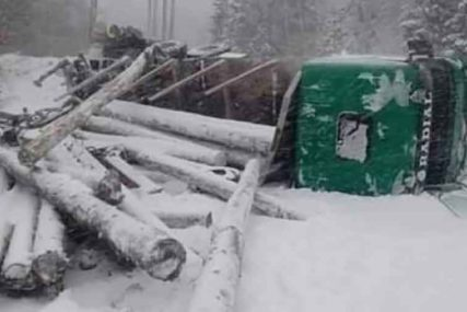 Vozilo, a i drva još uvijek su na ISTOM MJESTU: Kamion PUN BALVANA se prevrnuo na planini