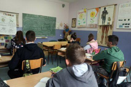 ZVONO ZA UZBUNU Srpsku, s roditeljima, napustilo 658 učenika