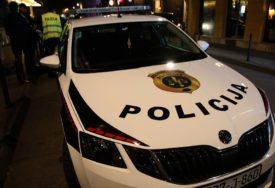 PROLAZNICI IZVLAČILI VOZAČA Automobil sletio u rijeku kod Sarajeva