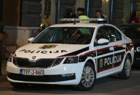 PRIVEDEN ZBOG DVA KRIVIČNA DJELA Ugledao policiju pa bacio TORBICU SA ORUŽJEM