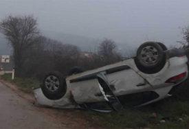 AUTO ZAVRŠILO NA KROVU Žena prošla bez povreda u saobraćajnoj nesreći