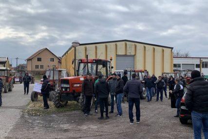 TRAKTORIMA PRED SJEDIŠTE FIRME Poljoprivrednici protiv PDV i gušenja domaće proizvodnje