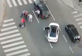 OKRŠAJ NASRED ULICE Izašli iz automobila i potukli se (VIDEO)