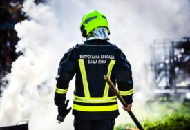 BUKTINJA U BANJALUCI Gori skladište guma, vatrogasci na terenu (FOTO)