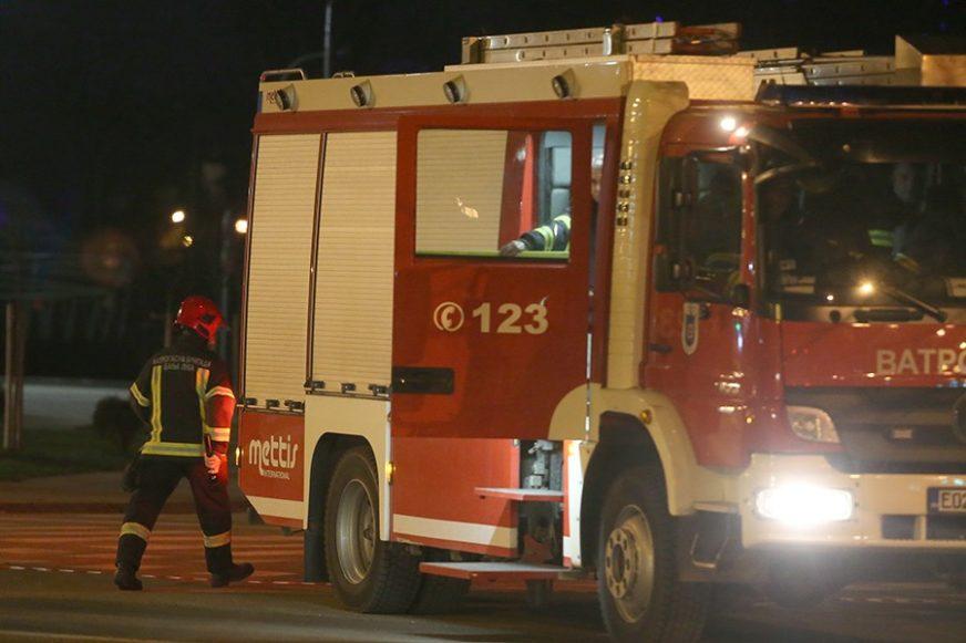 BUKTINJA U DVORIŠTU U požaru izgorio automobil, vatrogasci spriječili ŠIRENJE VATRE
