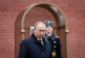 """LIDER RUSIJE """"MASKIRAN"""" DO NEPREPOZNATLJIVOSTI Ovako se Putin čuva od korona virusa (VIDEO)"""