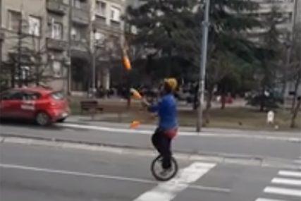 ZABAVLJA VOZAČE Dok čekaju na semaforu mogu da pogledaju pravu cirkursku tačku (VIDEO)