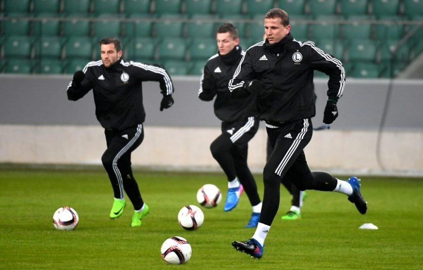 POLOMIO NOS Poljski fudbaler promašio loptu i povrijedio se (VIDEO)