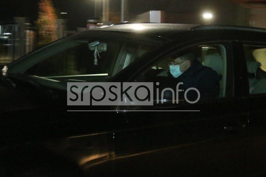SAM U AUTOMOBILU Ovako je Dodik došao da dočeka pomoć iz Srbije (FOTO)