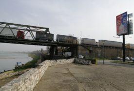 SIRENAMA ZAGLUŠILI GRANICU Vozače kamiona u Gradiški izdalo strpljenje