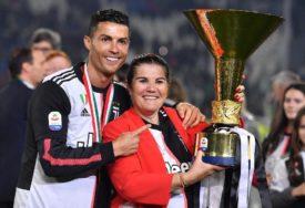 RONALDOVA MAJKA IMALA MOŽDANI UDAR Napadač Juventusa otputovao u Portugal