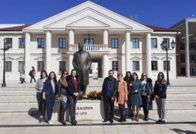 OMAŽ NOBELOVCU Položeno cvijeće na spomenik Andriću u Višegradu