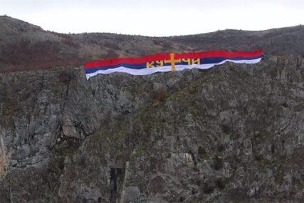 NAJVEĆA ZASTAVA U CRNOJ GORI Razvili trobojku dugu 60 metara iznad Podgorice (VIDEO)