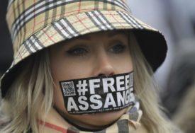 OSTAJE IZA REŠETAKA Asanžu odbijena kaucija za puštanje na slobodu