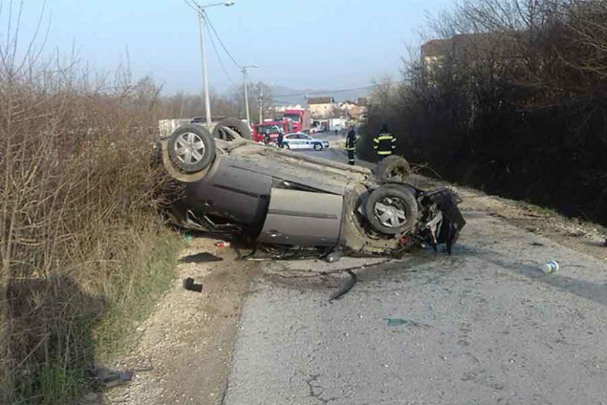 "SAOBRAĆAJKA U BANJALUCI Automobil ""reno"" završio na krovu, intervenisali vatrogasci (FOTO)"