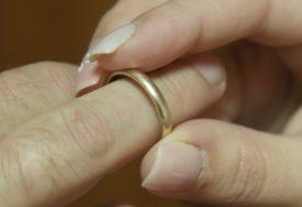 MUČNI PRIZORI S VJENČANJA Djevojčica prisiljena da se uda za muškarca koji je 30 godina stariji (FOTO)