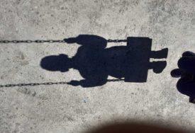 JEZIVO Dijete pronašlo BEŽIVOTNO TIJELO MUŠKARCA pored igrališta