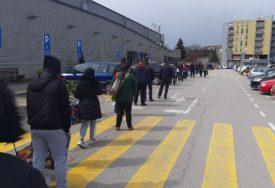 GRAĐANI STRPLJIVO ČEKAJU Nepregledni redovi ispred trgovina u Banjaluci (FOTO)