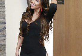 GOLE BUTINE U PRVOM PLANU Pjevačica se skinula u lepršavu haljinu (FOTO)