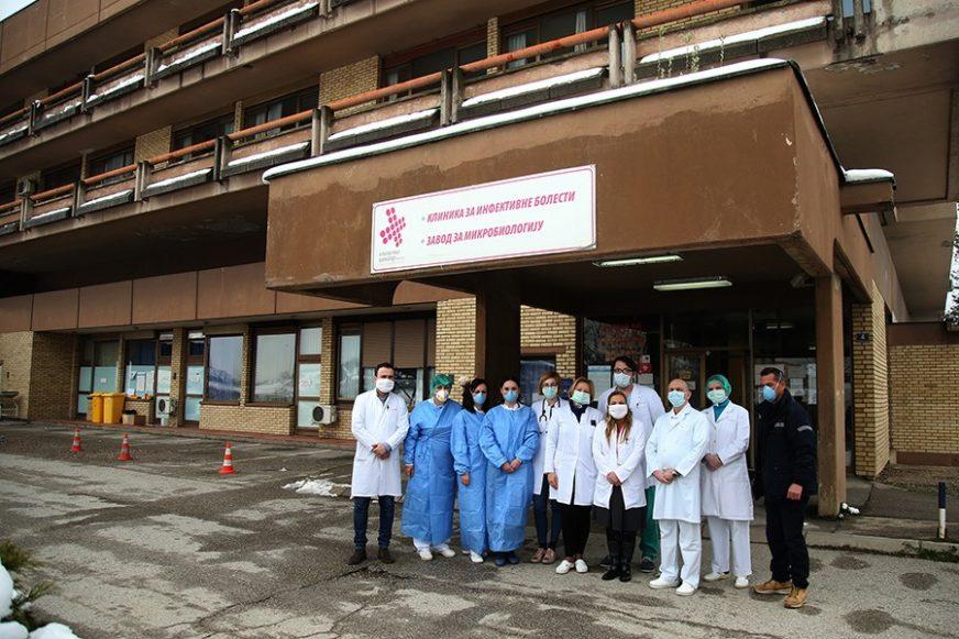 BITKA ZA ŽIVOT IZA ZATVORENIH VRATA Srpskainfo sa medicinarima Klinike za infektivne bolesti UKC RS (FOTO)