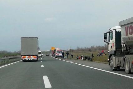 TEŠKA NESREĆA NA AUTO-PUTU U prevrtanju kombija stradala jedna osoba, sedam putnika povrijeđeno