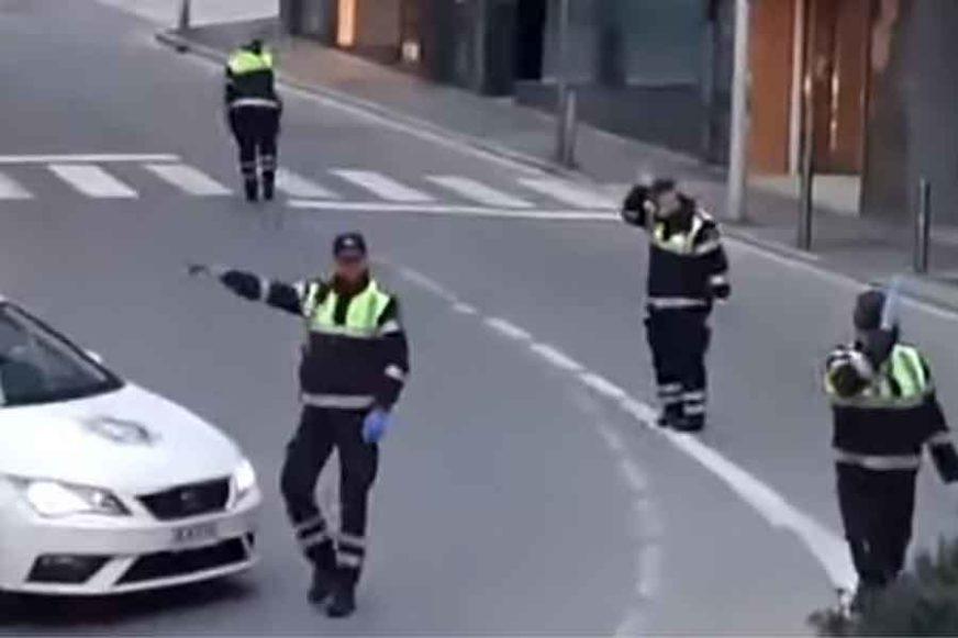 NEOBIČNA DOSJETKA Poklon djeci u karantinu, policajci ZAPLESALI na ulici uz OVAJ HIT (video)