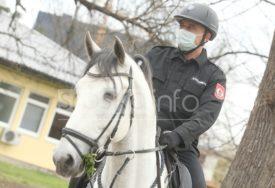 PATROLIRAJU NA KONJIMA Policajci upozoravaju građane da se NE OKUPLJAJU u parkovima (FOTO)