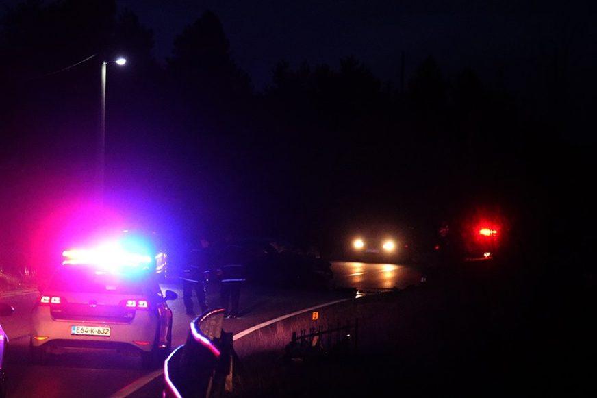 """""""FORD"""" UDARIO U ZID, POGINUO VOZAČ Vatrogasci tijelo stradalog mladića (27) izvlačili iz automobila"""