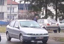 ŠTA RADI ČOVJEK NA PARKINGU Snimak iz Prnjavora uznemirio građane (VIDEO)