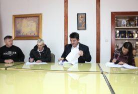 Potpisani ugovori sa korisnicima plasteničke proizvodnje u Loparama