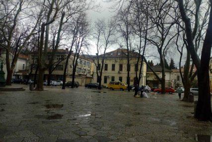 NEVRIJEME U TREBINJU Vjetar i kiša ispraznili tezge na gradskoj pijaci (FOTO)