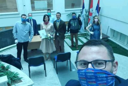 LJUBAV U DOBA KORONA VIRUSA Ni maske nisu mogle sakriti sreću mladenaca (FOTO)