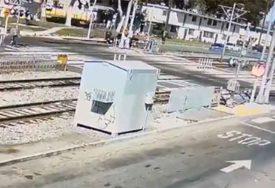KOLIKO SREĆE U NESREĆI Vozač čudom ostao živ nakon udarca voza (VIDEO)