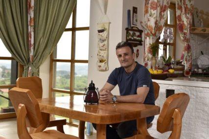 POBJEGAO IZ BEOGRADA Pjevač se skrasio u bajkovitoj vili i sadi voće i povrće (FOTO)