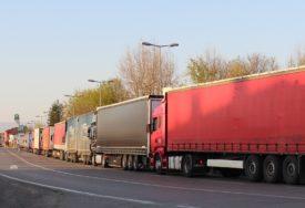 GUŽVA NA GRANICI U GRADIŠKI Kamioni u dvije kolone čekaju izlazak iz zemlje (FOTO)