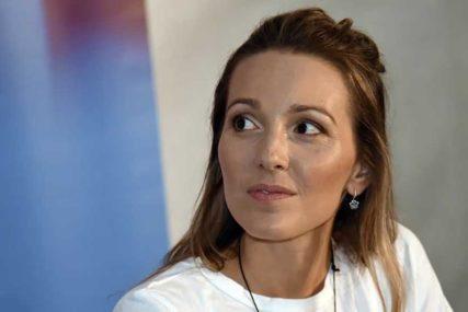 Jelena Đoković u HALJINI OTVORENIH LEĐA: Zagledana u daljinu UŽIVA U PRIZORU (FOTO)