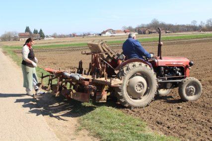 PAKETI ZA RODNU I BOGATU BAŠTU Pomoć za siromašne u selima Kozarske Dubice