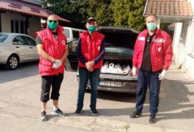 DIJELE PAKETE I ZAŠTITNE MASKE Vrijedni volonteri iz Kozarske Dubice